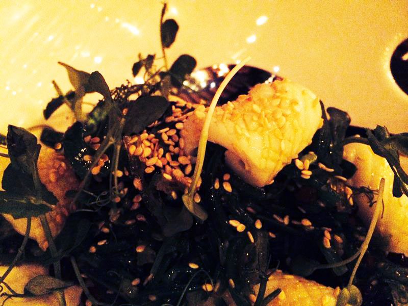 Kenyan beans salad with seaweeds, sesame and calamari